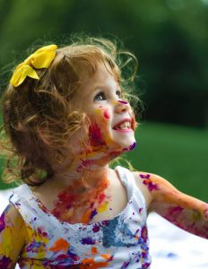 senjuti-kundu-349426-unsplash-little-paint-girl-psychology-behavior